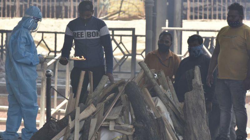 Так работают крематории в Индии - над телом умершего просто складывется костер из дров. Есть мнение, что данные по смертности в стране сильно занижены
