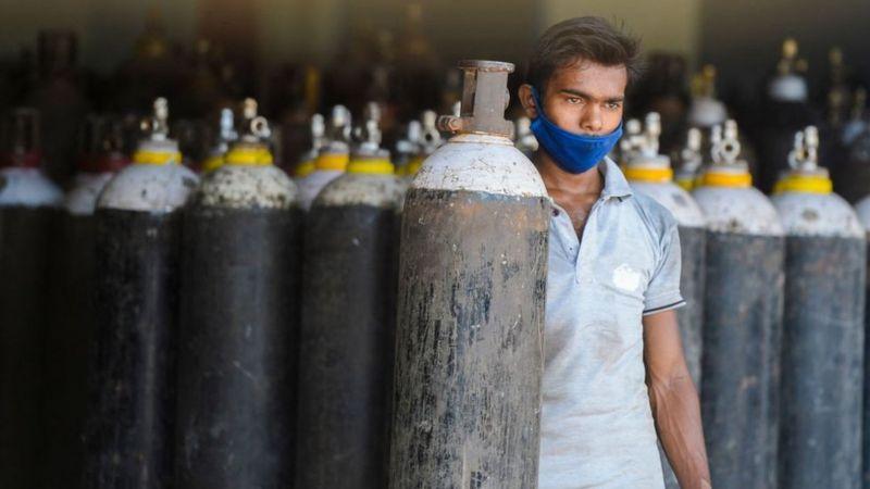 Нехватка кислорода стала причиной многих смертей в больницах Дели