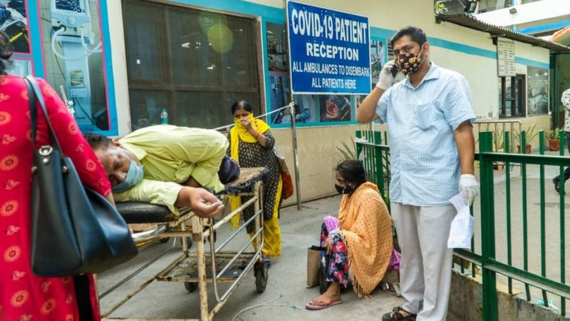 Некоторые больницы в Дели настолько переполнены, что не могут даже впустить новых пациентов