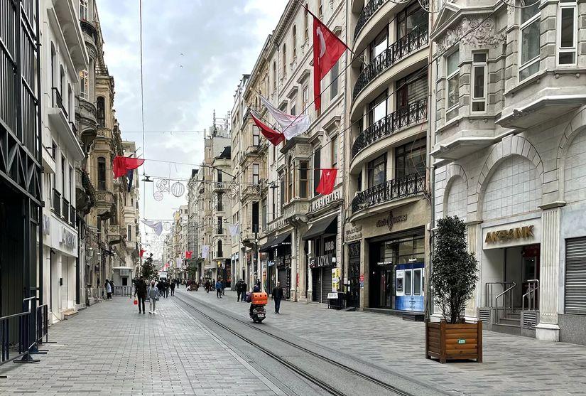 Люди на одной из улиц в Стамбуле