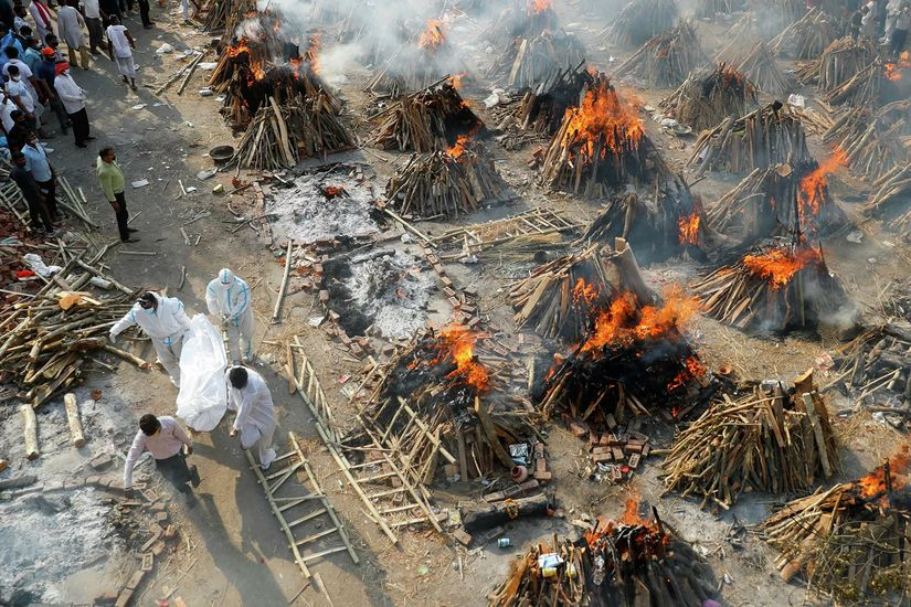Сжигание тел умерших от коронавируса в Индии