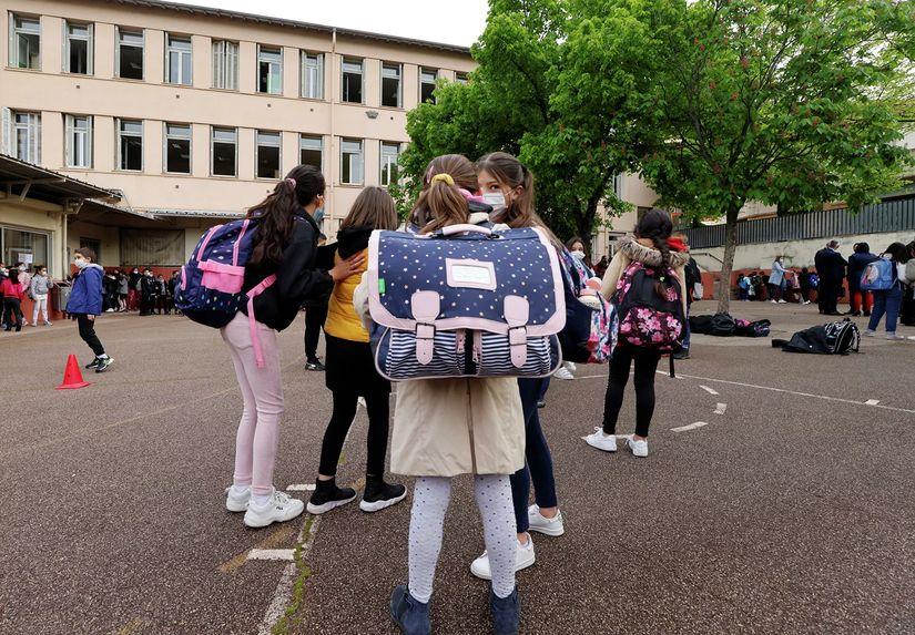 Ученики начальных классов около школы неподалеку от Ниццы