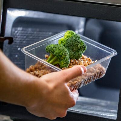 При нагревании они превращаются в яд. Какие продукты нельзя повторно разогревать в микроволновке?