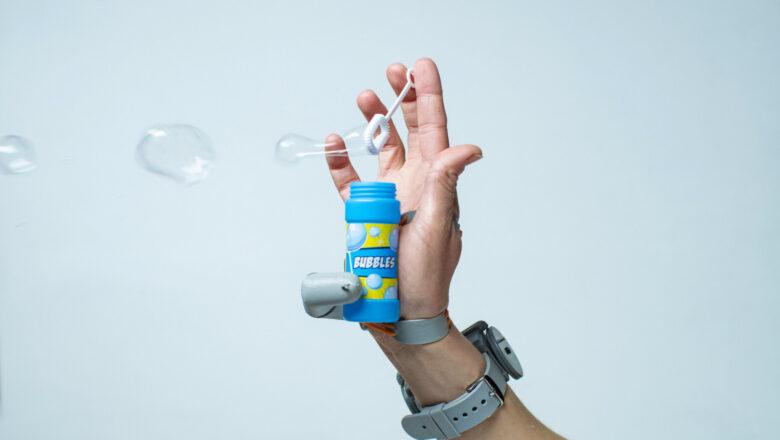 Роботизированный палец меняет представления мозга о руке