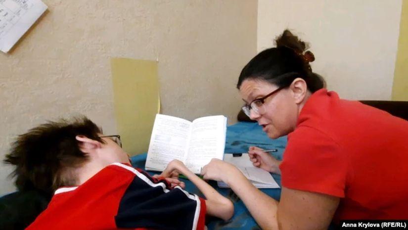 Олеся Ледовская помогает сыну с учебой