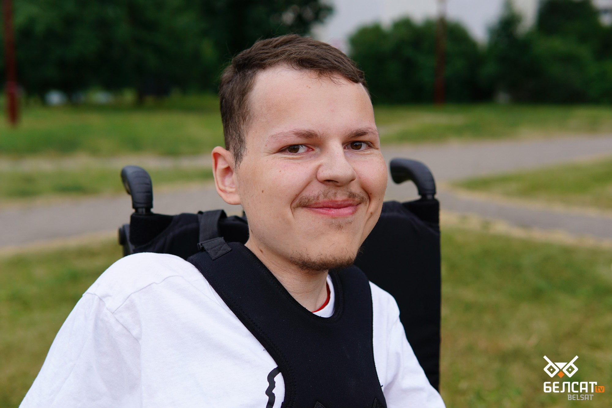 Максим Семашко родился с тяжелым заболеванием: спинальной мышечной атрофией. Он с детства находится в инвалидной коляске. Минск, Беларусь. 24 июня 2021 года. Фото: АК / Белсат