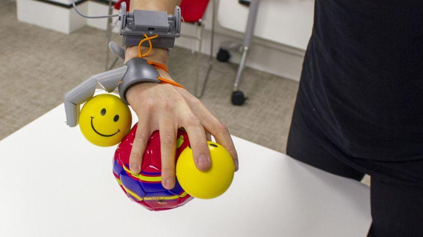 Участники исследования учились максимально эффективно пользоваться шестым пальцем. Фото Dani Clode/Dani Clode Design.