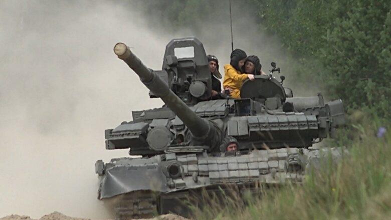 Исполнили мечту: военные прокатили на танке мальчика с редким заболеванием