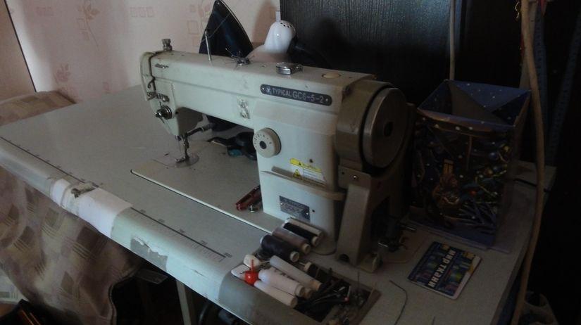 Выживать семье помогает швейная машинка. Мама — профессиональная швея, когда-то у нее было свое мини-ателье.