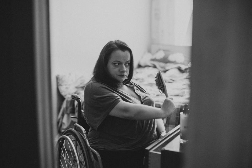 Варвара причесывается перед съемкой Фото: Юлия Карпенко для ИМЕН