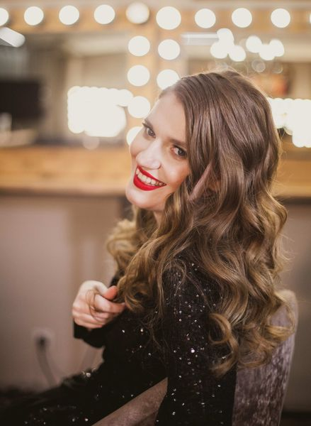 Женя любит яркие платья, менять бижутерию и экспериментировать с прическами Фото: Юлия Карпенко для ИМЕН